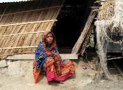Bangladesh flooding displaces hundreds of thousands