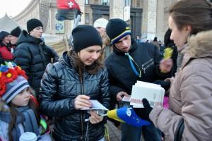 Ukrainian protestors receive Gospels of John in Keiv, Ukraine (Russia Ministries Photo).