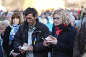 Ukrainians reading Gospel of Luke (Photo by Russian Ministries)