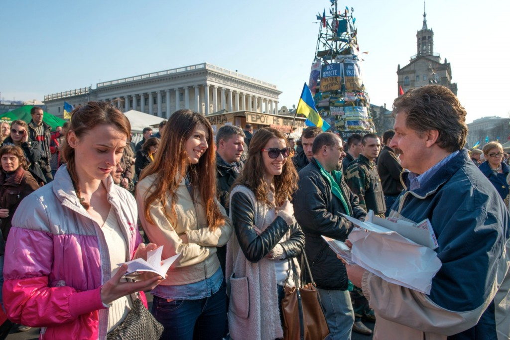 Sergey Rakhuba handing out Gospel of Luke to Ukrainians. (photo by Russian Ministries)