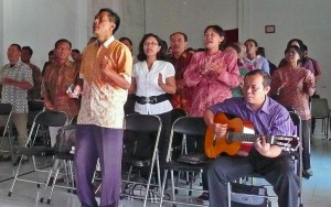 Indonesian believers worshipping (Photo courtesy FMI)