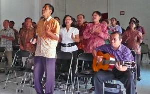 Indonesian believers worshipping (Photo courtesy FMI)