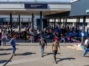 PNS_hungary train station refugees