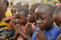 CMP_Street children pray
