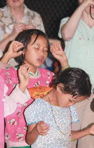Refugee kids worshipping the Lord. (Photo courtesy VBB)