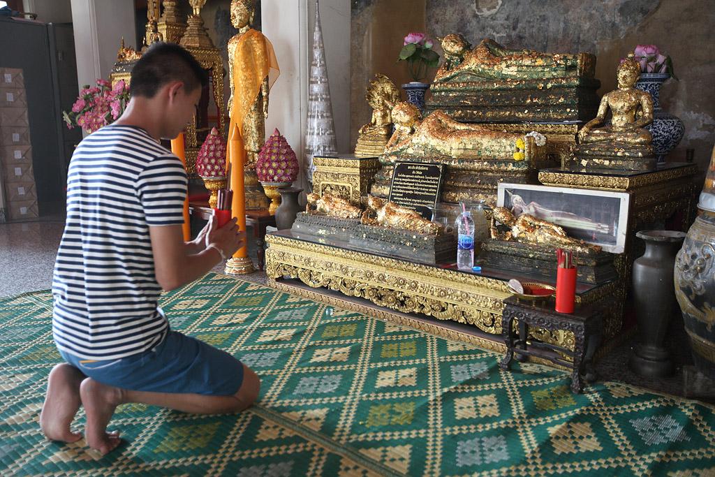 Unreached praying to Buddha