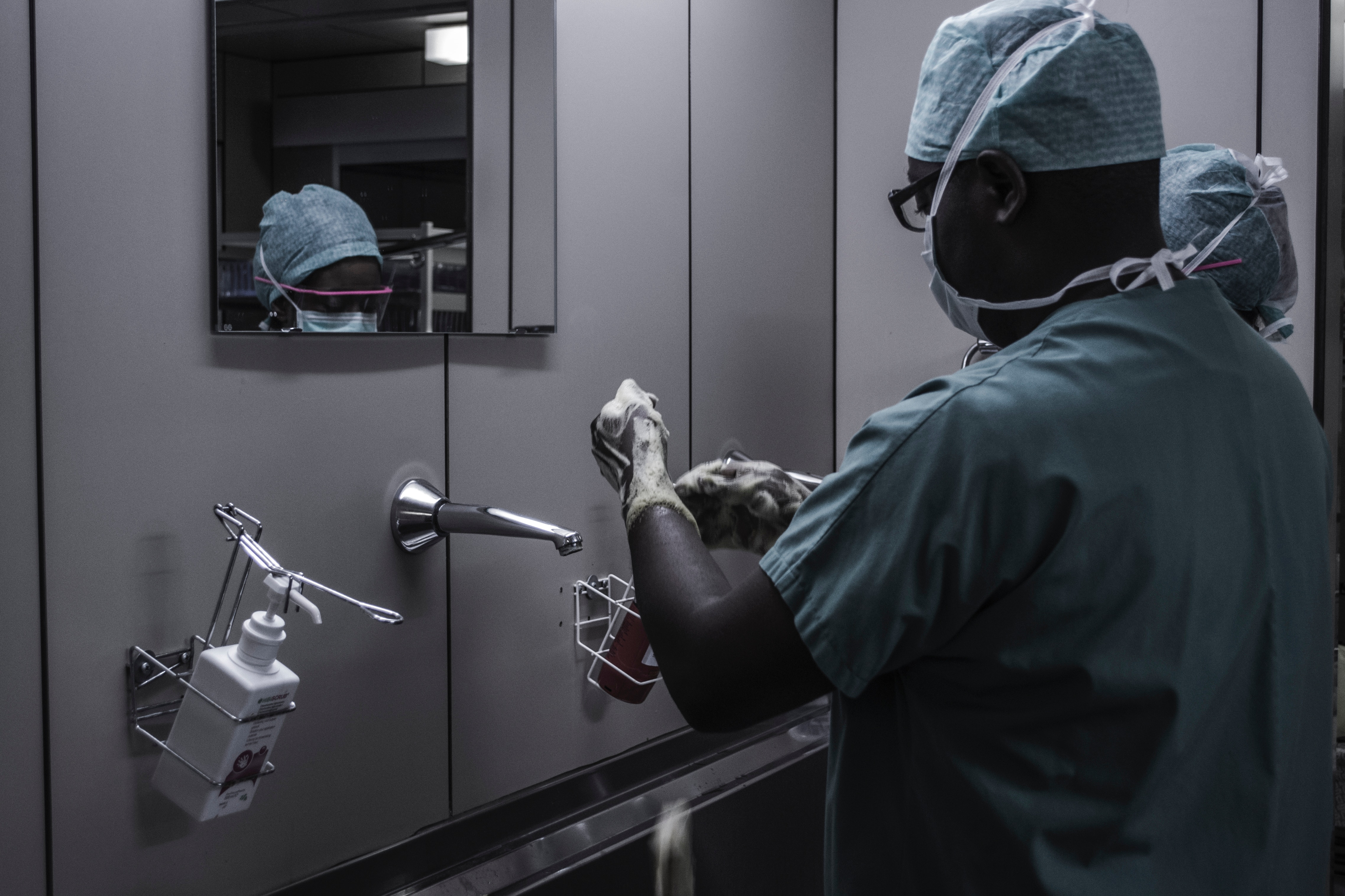 "Ebola outbreak in DRC on ""knife-edge"""