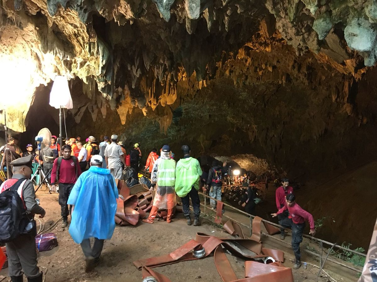 Thailand: cave flooding traps youth soccer team and coach