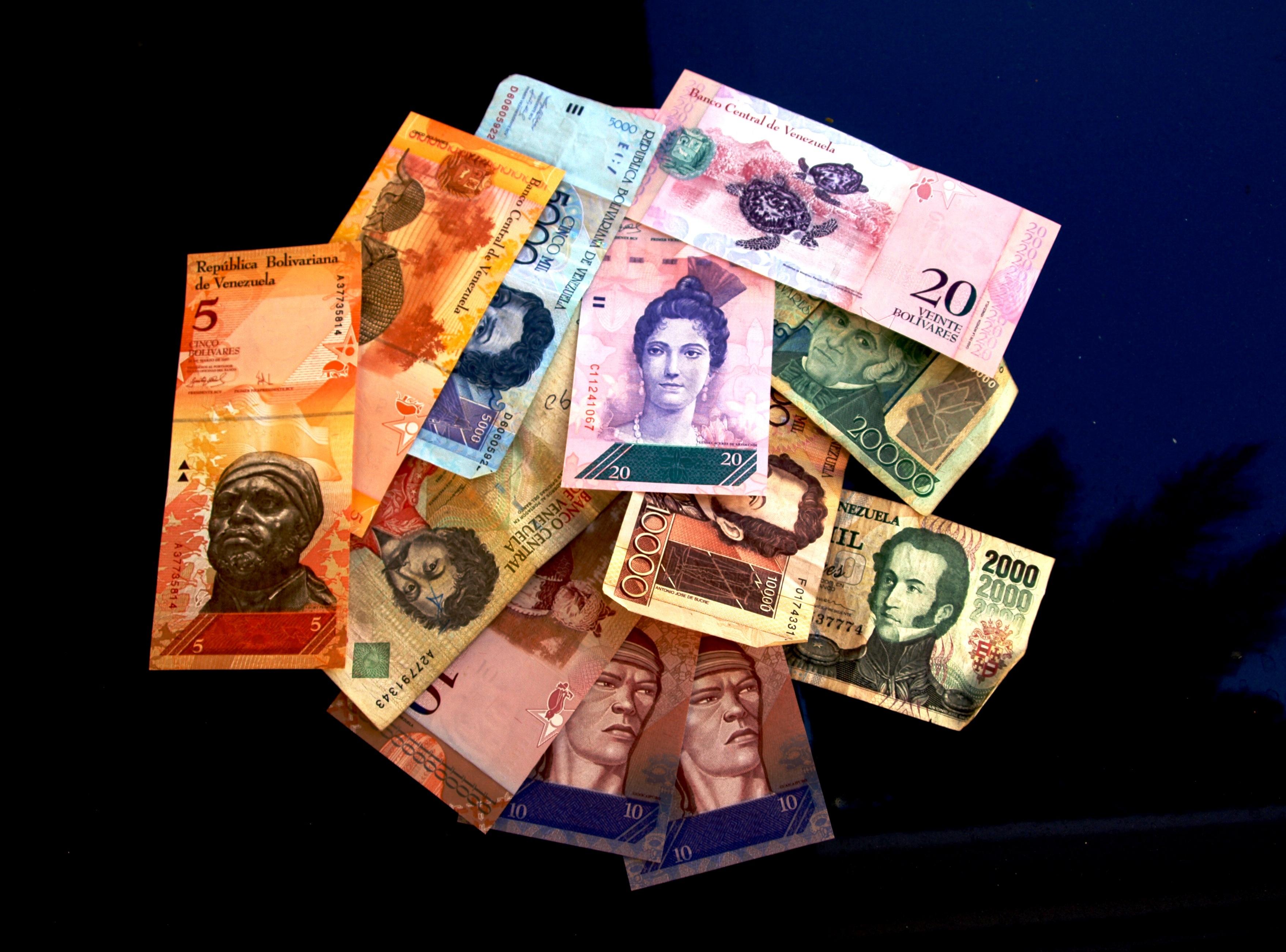 Hundreds of thousands flee Venezuela during hyperinflation crisis