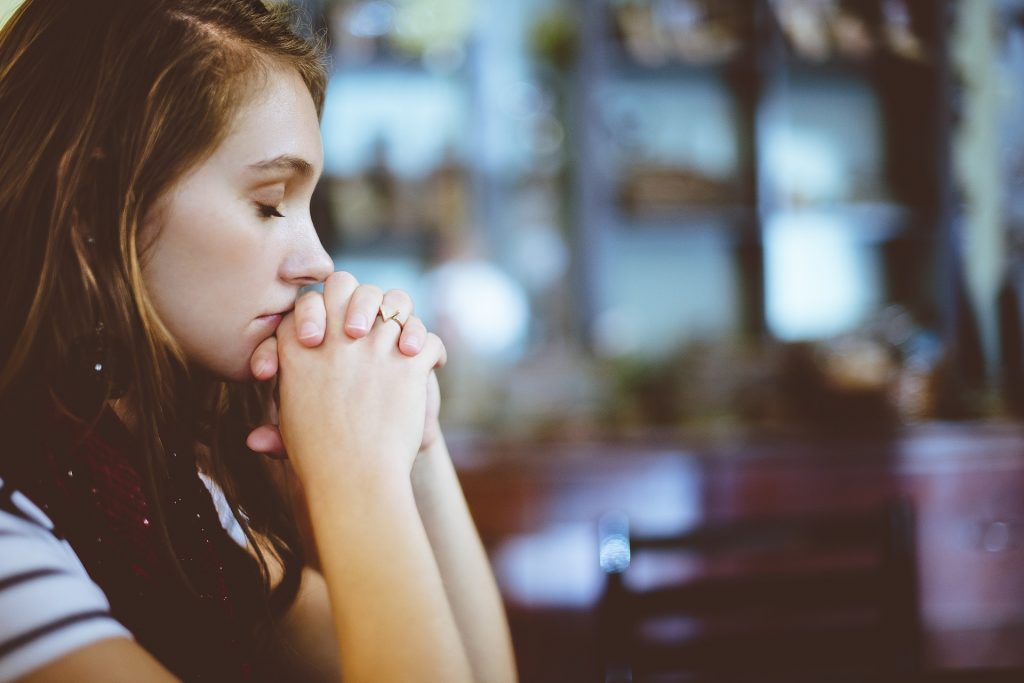 praying woman, pixabay