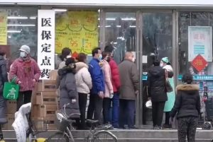 Planes para la distribución de la Biblia en China no disuadidos por coronavirus - Citizens of Wuhan lining up outside of a drug store to buy masks during the Wuhan coronavirus outbreak